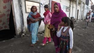L'épouse et les filles de Sawan Masih, Pakistanais chrétien condamné à mort pour blasphème le jeudi 27 mars.