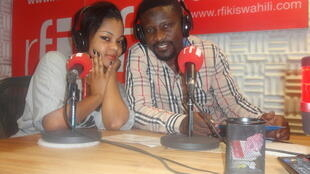 Ali Bilali na msanii Meninah la Diva katika studio za RFI Kiswahili Dar es Salaam