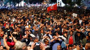 Des migrants africains et des Israéliens manifestent contre l'expulsion de migrants africains, à Tel-Aviv, le 24 février 2018.év