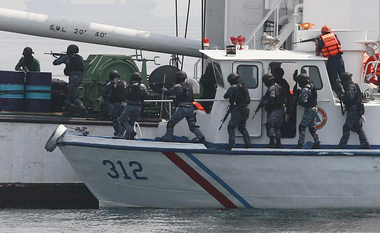 Lực lượng tuần duyên Philippines thực tập chống hải tặc tại một vịnh ở Manila, với sự trợ giúp của Nhật, ngày 06/05/2015.