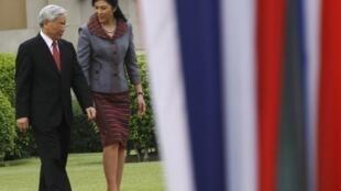 Thủ tướng Thái Lan Yingluck Shinawatra đón tiếp Tổng bí thư đảng Cộng sản Việt Nam Nguyễn Phú Trọng tại Bangkok ngày 25/6/2013.