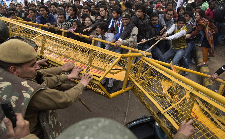 Cảnh sát lập hàng rào để đề phòng bạo động nhân vụ biểu tình tại New Delhi 30/12/2012 (REUTERS)