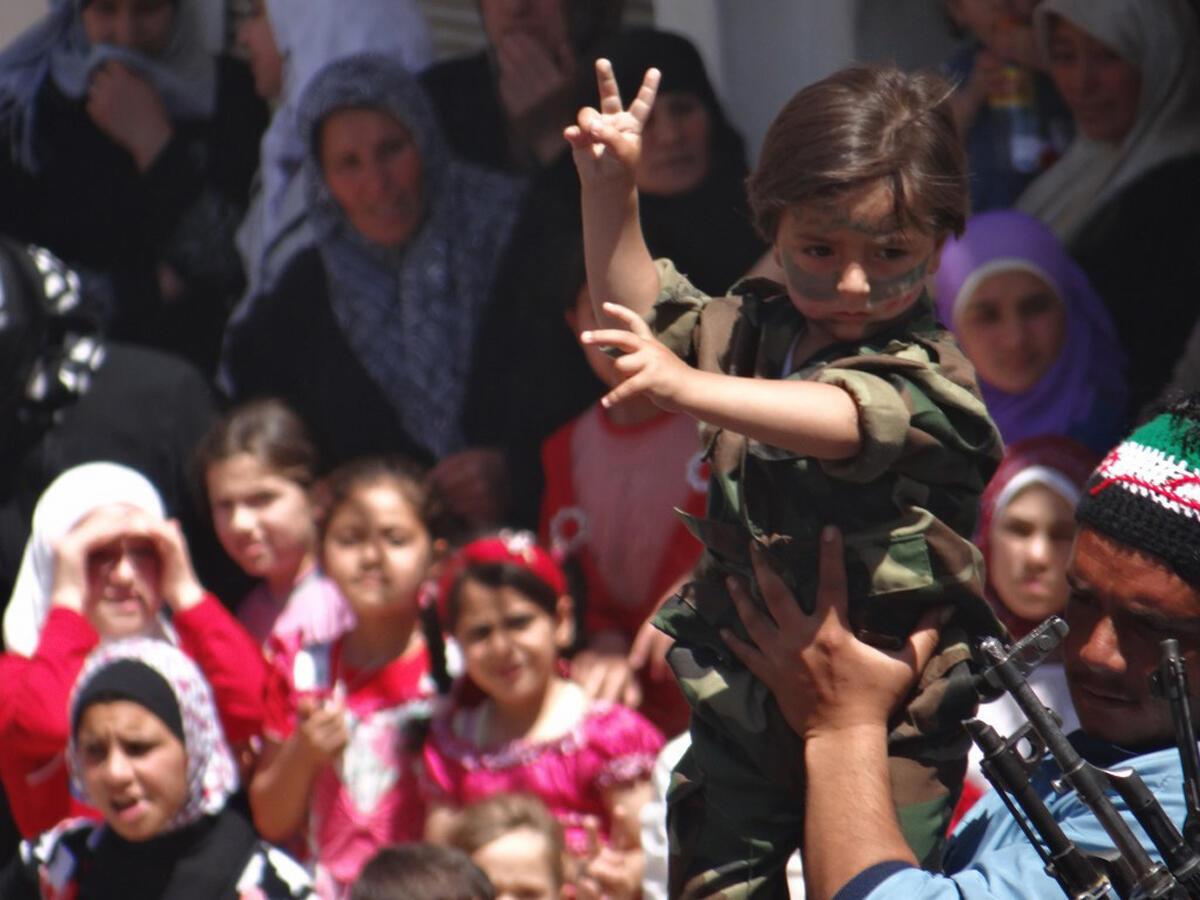 Демонстрация протеста против режима Башара Асада в сирийском городе Талбисехе неподалеку от Хомса 25 мая 2012 г.