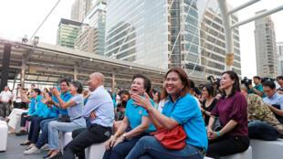 Des partisans d'Abhisit Vejjajiva, ancien Premier ministre thaïlandais, assistent à un meeting de campagne, le 4 mars, à 20 jours des élections en Thaïlande.