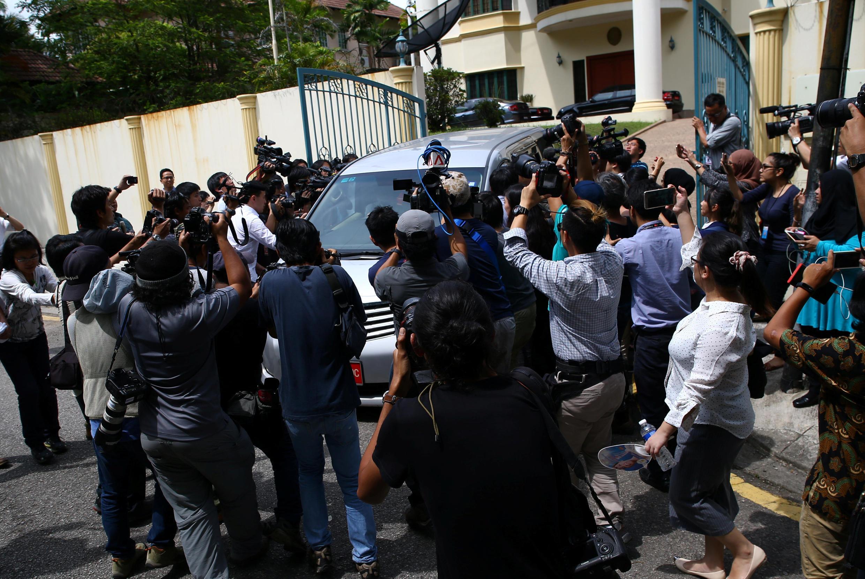 Xe của đại sứ quán Bắc Triều Tiên tại Kuala Lumpur luôn bị báo chí vây kín mỗi khi ra ngoài. Ảnh chụp ngày 22/02/2017.