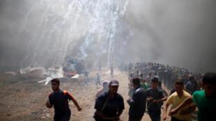Heurts violents entre manifestants palestiniens et soldats israéliens à la frontière de la bande de Gaza, le 14 mai 2018.