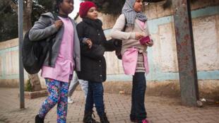 La plupart des enfants de migrants subsahariens sont francophones ou anglophones alors qu'en Algérie, l'instruction se fait en arabe. A défaut de bénéficier de cours particuliers, les enfants accumulent souvent du retard en classe. Alger, mai 2015.