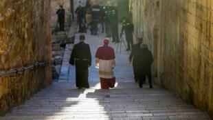 El arzobispo Pierbattista Pizzaballa se dirige hacia la iglesia del Santo Sepulcro, en Jerusalén, antes de que empiece la misa de Pascua el 12 de abril de 2020