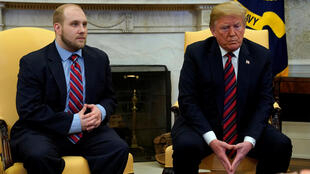 O missionário mórmon americano, Joshua Holt (e), ao lado do presidente dos Estados Unidos, Donald Trump, no Salão Oval da Casa Branca, no sábado (26)