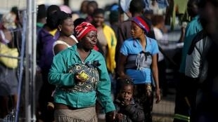 Wahamiaji wakikimbilia katika kambi ya Primrose nje ya mji wa Johannesburg, Aprili 18 mwaka 2015, ili kuepuka mateso na unyanyasaji dhidi ya wageni vinavyoshuhudiwa Afrika Kusini.