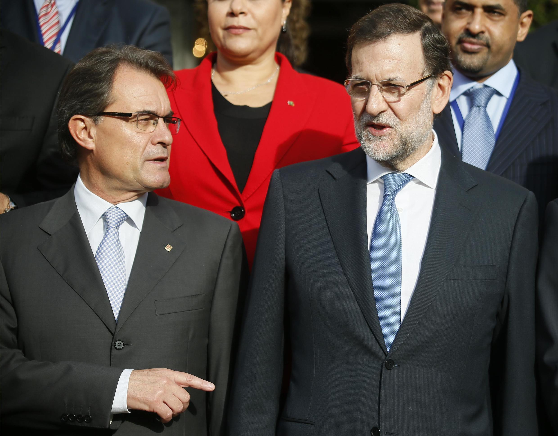 Премьер-министр Испании Мариано Рахой (П) и президент региона Каталония Артур Мас на Форуме стран За