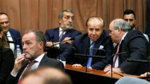 L'ancien président argentin Carlos Menem (2eme à g.) à l'énoncée du verdict autour de l'attentat de l'Amia, à Buenos Aires, le 28 février 2019.