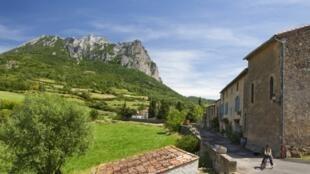 O vilarejo de Bugarach, no sudoeste francês, fica no ponto culminante do maciço das Cobières com mais de 1.200 metros de altitude, seria um lugar protegido.