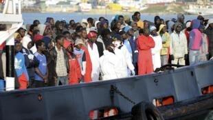 Malgré la réduction du budget des opérations de sauvetage de l'UE, les migrants continuent d'affluer vers les côtes européennes. (Photo: dans le port sicilien de Trapani, le 17 avril 2015).