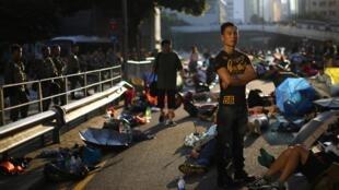 Les manifestants pro-démocratie bloquent une des principales avenues du quartier d'affaires de Hong Kong. Ils ont érigé des barricades dans la nuit, après avoir subi les assauts de la police antiémeute.