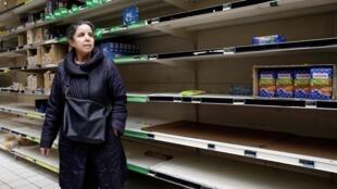 Французы стали активно закупать продукты долгого хранения. Фото из супермаркета парижского пригорода Женвилье. 13.03.2020