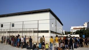 Refugiados sírios fazem fila para poder ser registrados na Grécia, em 11 de agosto de 2015.