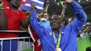 El cubano Mijaín López celebra su medalla de oro en lucra greco-romana en los Juegos Olímpicos de Río del 2016.