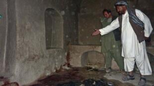 Um habitante mostra o local onde uma família afegã foi morta por um soldado americano, neste domingo
