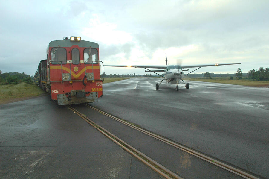 La ligne de train traverse la piste d'avion de Manakara.