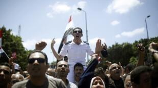 ارتش مصر، دیروز ٢ ژوئیه از رهبران سیاسی خواست که به صدای مطالبات مردم گوش فرا دهند