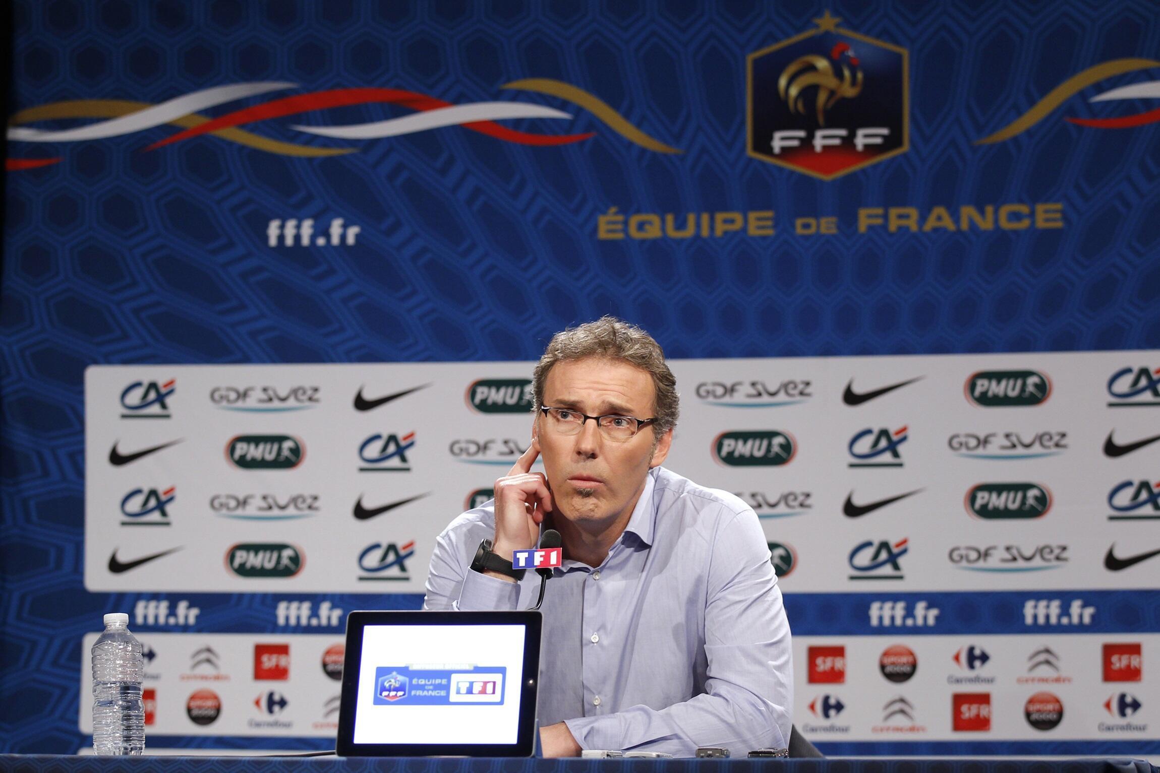 Лоран Блан называет игроков своей команды, Париж, 9 мая, 2012 года