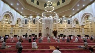 Les fidèles, en gardant une distance de sécurité les uns avec les autres, exécutent la prière de l'aube dans une mosquée de la ville sainte saoudienne de La Mecque, le 21 juin 2020.