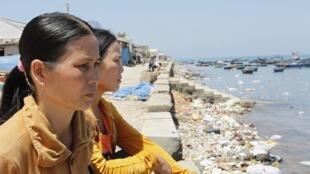 Bà Trương Thị Bông (trái) và Bùi Thị Vân (phải), vợ của các ngư dân Lý Sơn, Quảng Ngãi bị Trung Quốc bắt đang ngóng chờ chồng. Ảnh chụp ngày 10/04/2012.