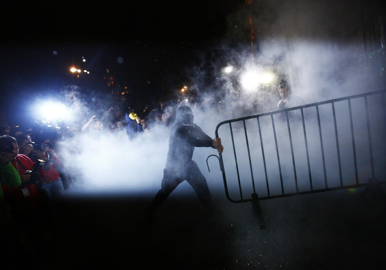 Người biểu tình phá dỡ rào cản trước dinh Tổng thống Mêhicô ngày 08/11/2014.