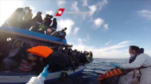 Capture d'écran d'une vidéo diffusée par les gardes-côtes italiens suite à un sauvetage mené le 12 avril 2015 au large de la Sicile.
