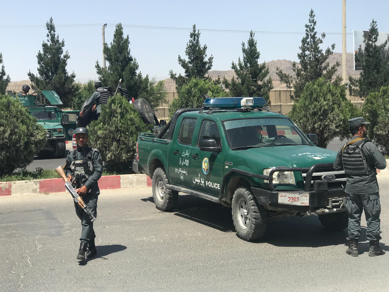 بدنبال حمله مهاجمان انتحاری به وزارت داخله/کشور، ماموران امنیتی محلهای اطراف ساختمان را محاصره و به کنترل خود درآوردند. چهارشنبه نهم جوزا/خرداد.