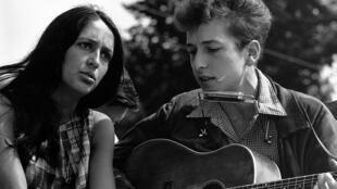 """Bob Dylan (P) và Joan Baez trong chuyến """"Tuần hành đến Washington vì Việc làm và Tự do"""", ảnh chụp ngày 28/08/1963."""