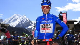 Le Français Geoffrey Bouchard, porteur du maillot bleu de meilleur grimpeur, avant le départ de la 17e étape du Tour d'Italie, entre Canazei et Sega di Ala, le 26 mai 2021