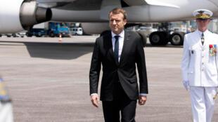 Emmanuel Macron sur le tarmac de l'aéroport de Cayenne, le 26 octobre 2017.