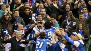 La joie de Falcao et des joueurs du FC Porto fêtés par leurs supporters.