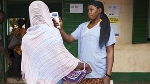Zoezi la kuwafanyia vipimo vya joto raia katika mji wa mali ulioko kwenye mpaka wa Guinea, Oktoba 2 mwaka 2014.