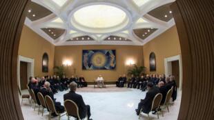图为教皇方济各与智利主教2018年5月15日会见照片