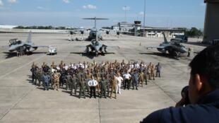 Pour immortaliser la rencontre, Malaisiens et Français posent devant les aéronefs de ces derniers: trois Rafale et un A400M.