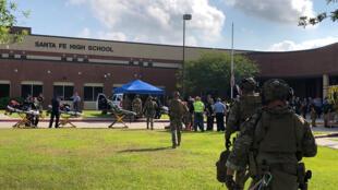 Policiais chegam à Santa Fe High School atendendo a chamado após tiroteio em 18 de maio de 2018.