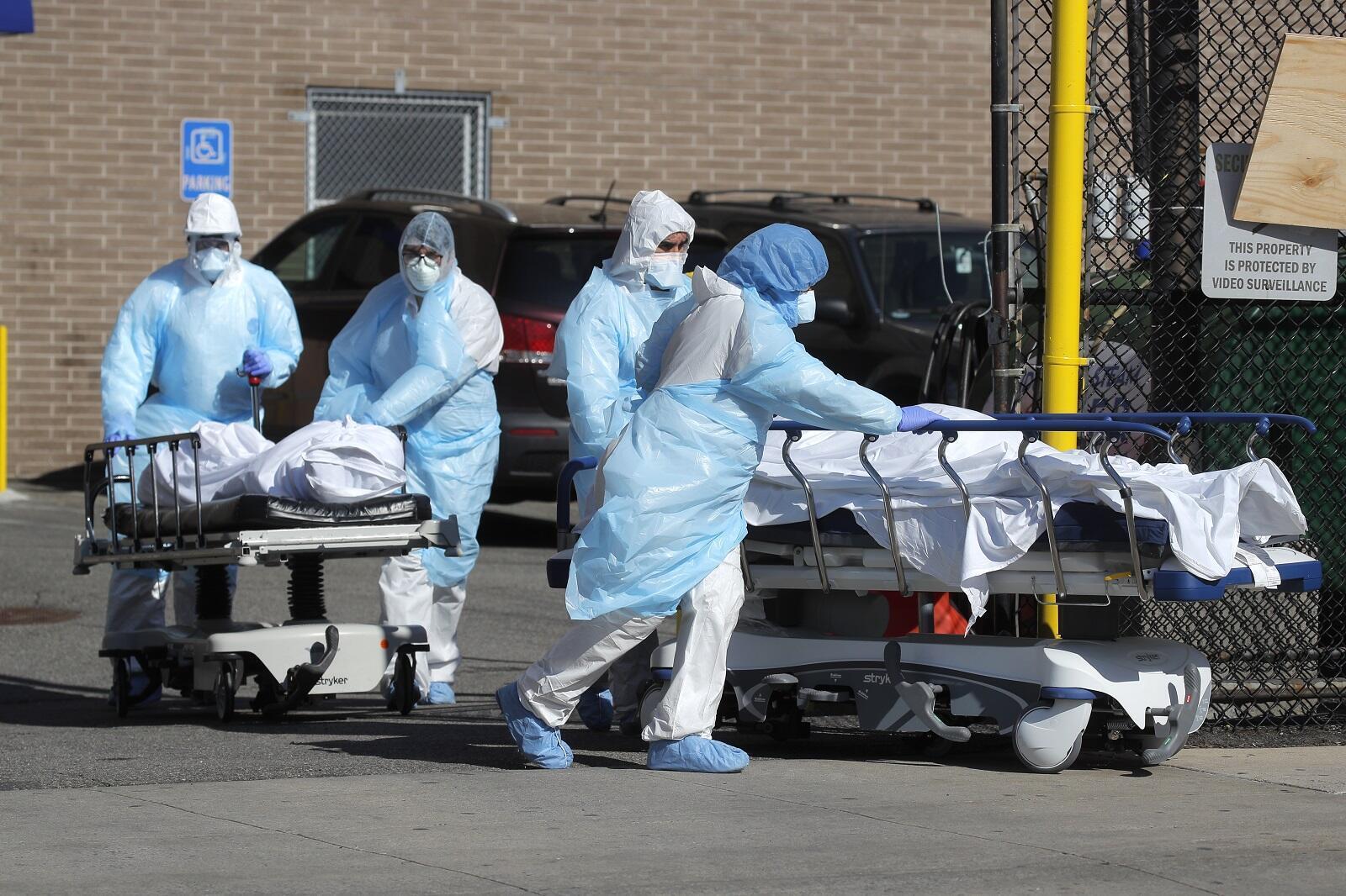 Des soignants transportent des patients décédés du Covid-19 de l'Hôpital Wyckoff Heights Medical à New York, le 6 avril 2020. (Image d'illustration)