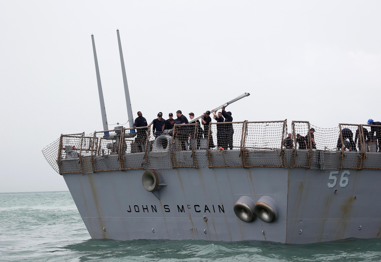 Tàu khu trục USS John S. McCain, sau tai nạn đụng tàu chở dầu trong vùng biển Singapore  Ảnh ngày 21/08/2017.