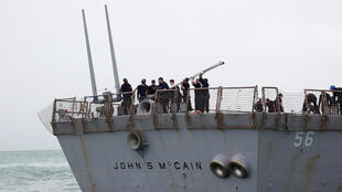 """عکسی از ناوشکن موشکانداز """"جان اس. مککین"""" متعلق به نیروی دریایی ارتش آمریکا بعد از برخورد با کشتی نفتکش در آبهای سنگاپور. دوشنبه ۳۰ مرداد/ ٢۱ اوت ٢٠۱٧  """""""