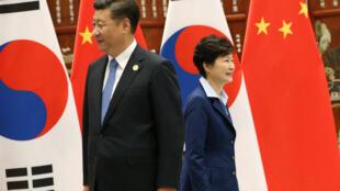 Nữ tổng thống Hàn Quốc Park Geun Hye (p) và chủ tịch Trung Quốc Tập Cận Bình nhân cuộc gặp tay đôi ngày 05/09/2016 bên lề Thượng Đỉnh G20 ở Hàng Châu (Trung Quốc).mber 5, 2016.