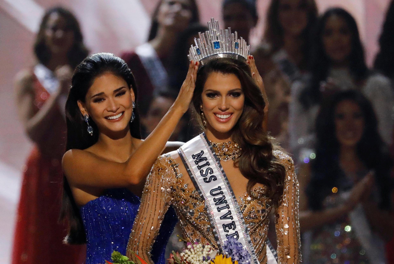 Pia Wurtzbach trao vương miện cho Tân Hoa hậu Hoàn vũ Iris Mittenaere trong vòng chung kết tại Manila, Philippines 30/01/2017