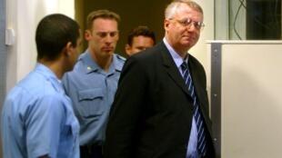 Le dirigeant ultra-nationaliste serbe Vojislav Seselj lors de sa première comparution devant le tribunal pour crimes de guerre yougoslave de La Haye, le 26 février 2003.