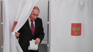 弗拉基米尔·普京在莫斯科一个投票站投票2018年3月18日