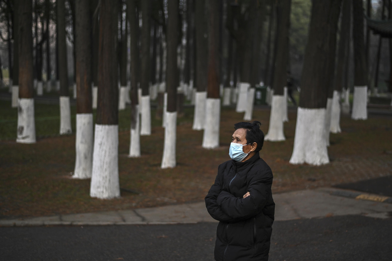 Un hombre con mascarilla camina en el parque de Zhongshan, en Wuhan, China, el 23 de enero de 2021