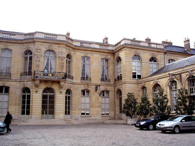 Le perron de l'Hôtel de Matignon