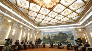 Chủ tịch Trung Quốc Tập Cận Bình tiếp đại diện các bên tham gia dự án ngân hàng AIIB tại Đại Lễ đường. Ảnh chụp vào tháng 10/2014.