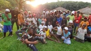 Kanda Kabangu, les coordinateurs et les enfants de l'association.